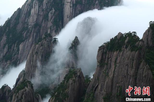 流云泻雾景色壮观
